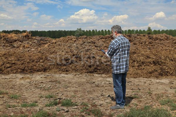 Stockfoto: Landbouwer · hoop · veld · onderzoeken · koe · klaar