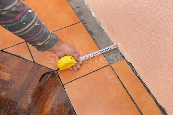 Otthon rendbehoz csempék munkás mér csempe Stock fotó © simazoran
