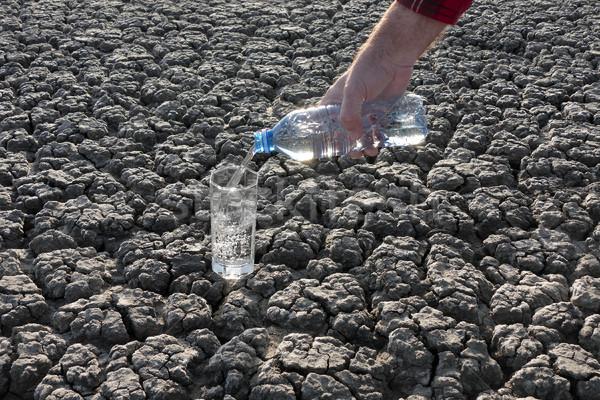 Water glas drogen grond menselijke hand Stockfoto © simazoran