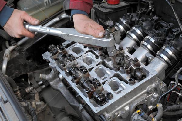 Automobilowy cylinder głowie mechanik ręce narzędzie Zdjęcia stock © simazoran