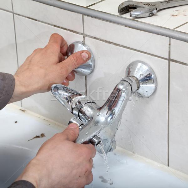 Vízcsap vízvezetékszerelő kezek megjavít víz építkezés Stock fotó © simazoran