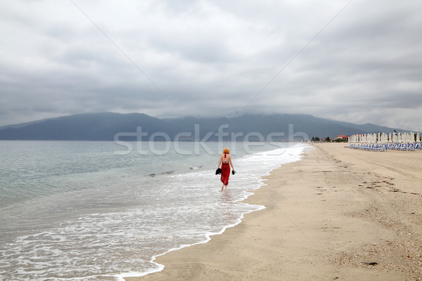 Solitude rouge femmes marche plage Photo stock © simazoran