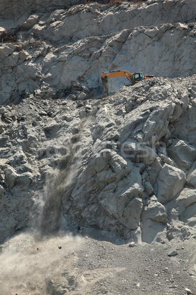 Pedras escavação montanha escavadora construção de estradas Foto stock © simazoran