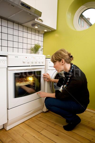 Stok fotoğraf: Izlerken · pizza · fırında · pişirmek · ev · yapımı · stil