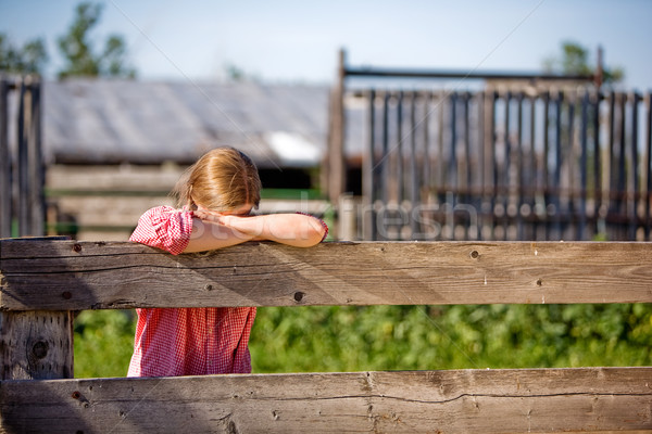 Boerderij meisje hek vrouw slaap Stockfoto © SimpleFoto