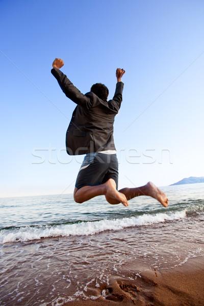 Foto stock: éxito · negocios · feliz · hombre · de · negocios · saltar · océano