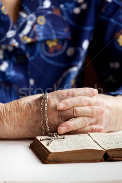 Vieux foi paire mains livre croix Photo stock © SimpleFoto