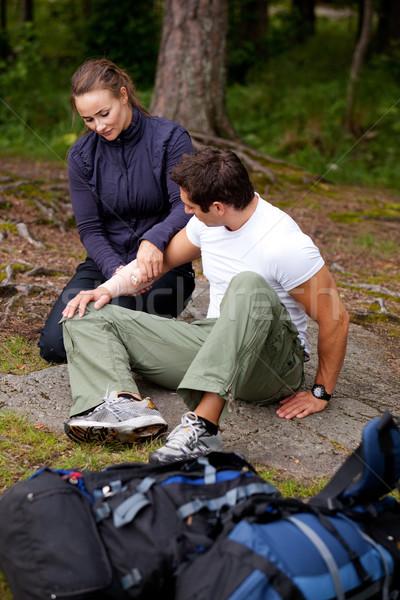 Camping eerste hulp vrouw arm zwachtel Stockfoto © SimpleFoto