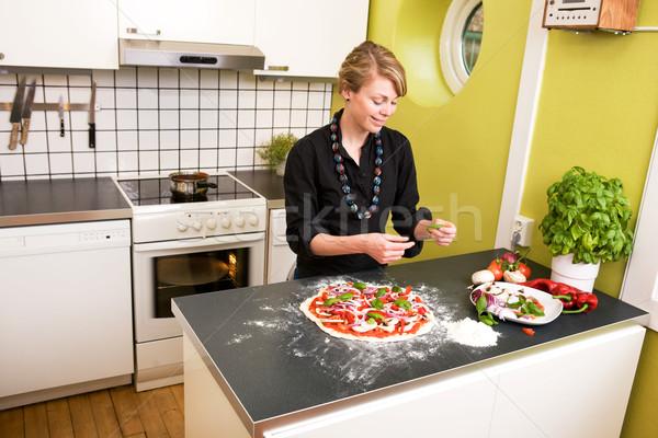 Stockfoto: Jonge · vrouwelijke · pizza · appartement · keuken