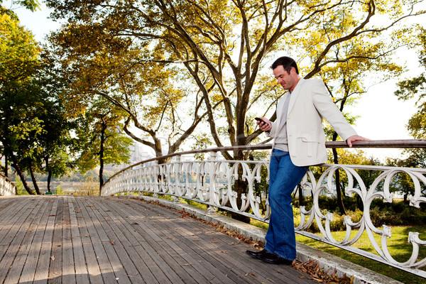 Teléfono celular parque hombre teléfono traje masculina Foto stock © SimpleFoto