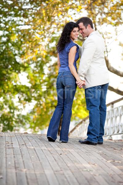 Pareja amor feliz caminando puente mujer Foto stock © SimpleFoto