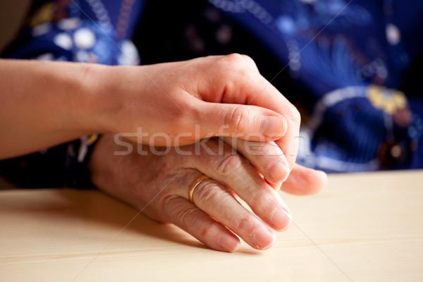 Conforto jovem mão idoso mulher oração Foto stock © SimpleFoto