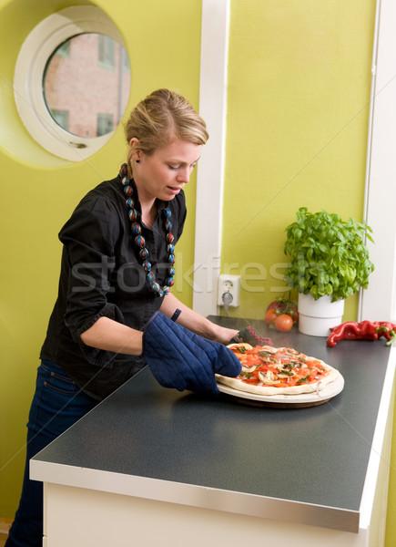 Vers pizza jonge vrouw uit oven appartement Stockfoto © SimpleFoto