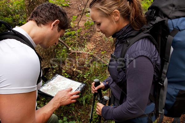 Perdido camping Pareja mapa brújula forestales Foto stock © SimpleFoto