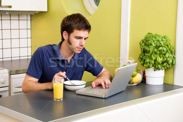 Cocina ordenador trabajo jóvenes masculina comer Foto stock © SimpleFoto