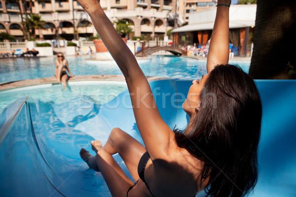 Toboggan brunette femme extérieur hôtel femmes Photo stock © SimpleFoto