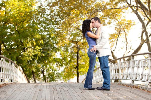 парка поцелуй пару целоваться ходьбе женщину Сток-фото © SimpleFoto
