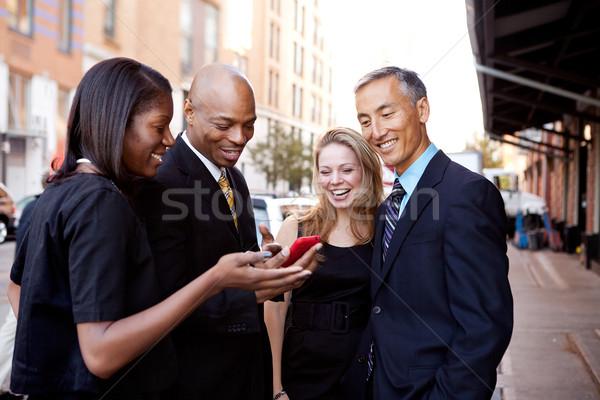 Mostrar telefone pessoas de negócios olhando celular Foto stock © SimpleFoto