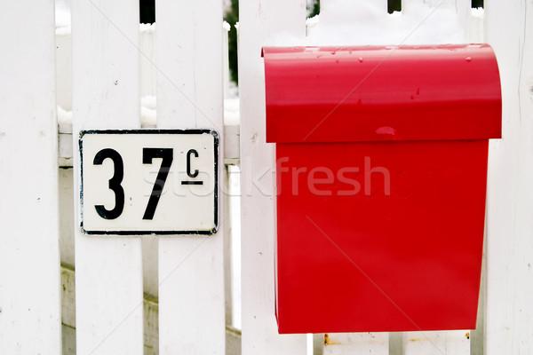 Kırmızı posta kutusu Retro asılı beyaz çit Stok fotoğraf © SimpleFoto