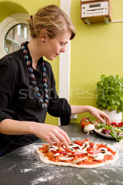 Fatto in casa italiana stile pizza giovani femminile Foto d'archivio © SimpleFoto