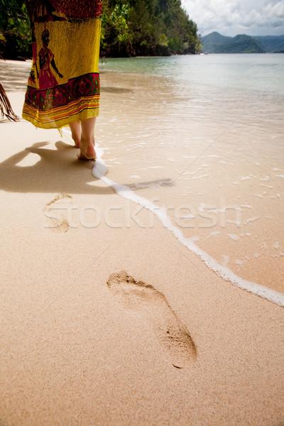 Plaj cennet yürüyüş güzel kadın deniz Stok fotoğraf © SimpleFoto