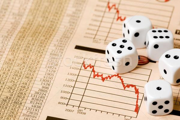株式市場 ギャンブル サイコロ チャート 新聞 お金 ストックフォト © SimpleFoto