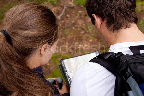 Orientação casal mapa homem floresta natureza Foto stock © SimpleFoto