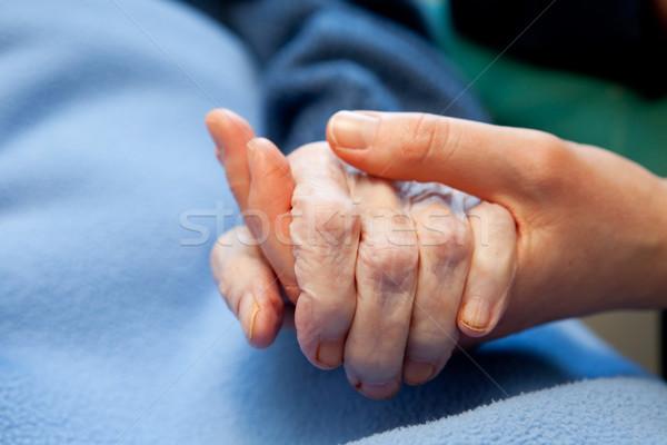Vieux main soins âgées jeunes Photo stock © SimpleFoto