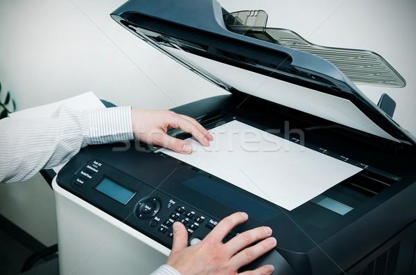 Człowiek skaner urządzenie biuro działalności pracy Zdjęcia stock © simpson33