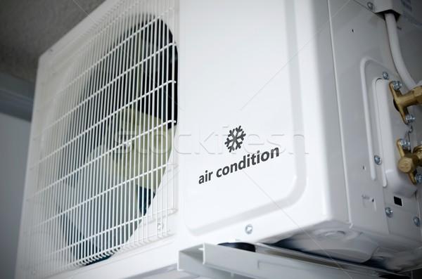 Aire acondicionado instalación fuera edificio muestra logo Foto stock © simpson33