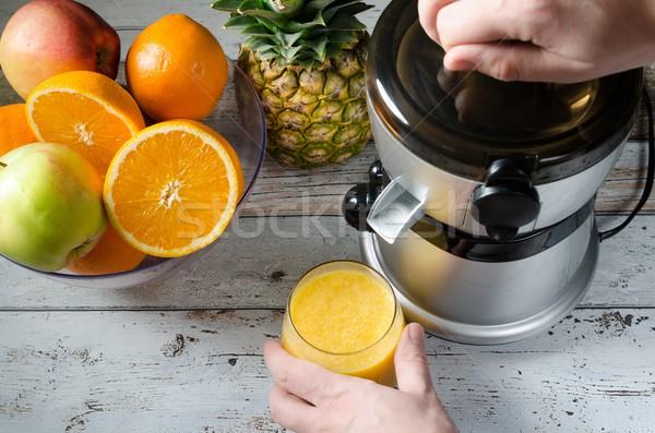 ストックフォト: 男 · 新鮮な · オレンジジュース · 果物 · 木製 · デスク
