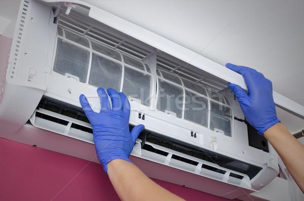 Klimatyzator czyszczenia człowiek filtrować rękawice ręce Zdjęcia stock © simpson33