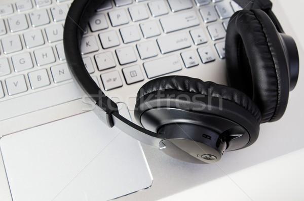 Wireless cuffie tastiera del computer portatile musica Foto d'archivio © simpson33