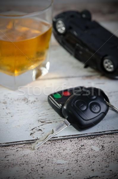 Las llaves del coche vidrio whisky potable conducción coche Foto stock © simpson33
