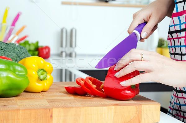 Vrouw chef paprika voedselbereiding moderne Stockfoto © simpson33