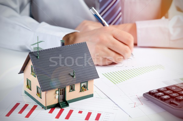 Empresario calcular costo edificio casa casa Foto stock © simpson33