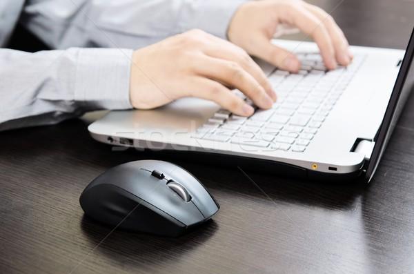 Homem usando laptop branco teclado trabalhando escritório Foto stock © simpson33
