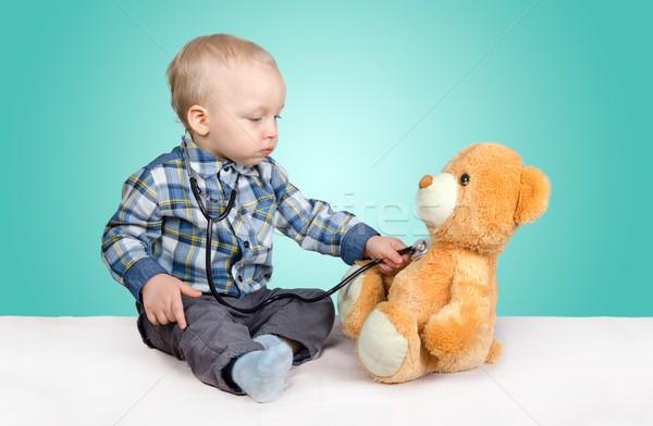 Foto stock: Criança · médico · jogar · ursinho · de · pelúcia · bebê · médico