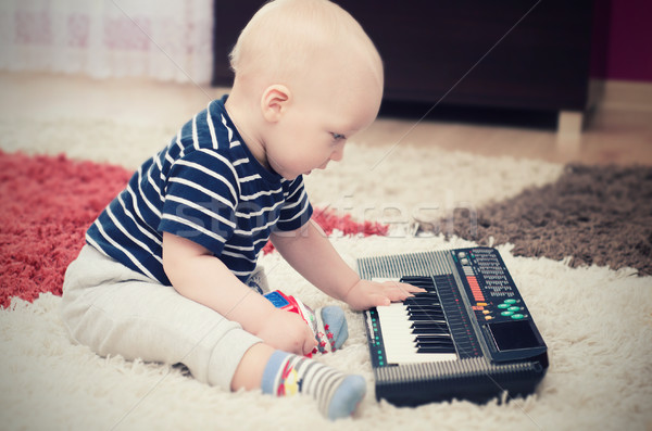 Stok fotoğraf: Küçük · bebek · erkek · klavye · oyuncak · piyano
