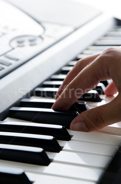 клавиши пианино электронных клавиатура музыкальный инструмент человека играет Сток-фото © simpson33