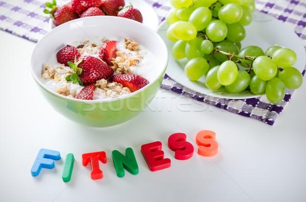 Házi készítésű gyümölcs tányér joghurt eprek granola Stock fotó © simpson33