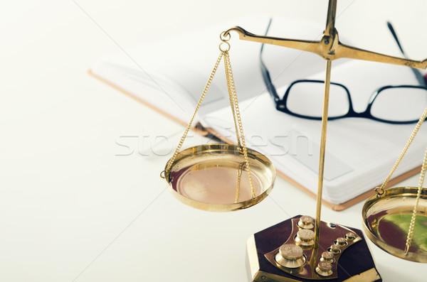 Droit échelle justice livre verres avoué Photo stock © simpson33