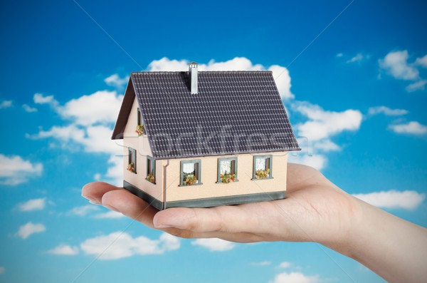 Hand huis miniatuur home financieren Stockfoto © simpson33