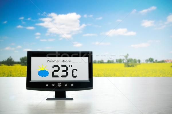 Météorologiques gare appareil à l'extérieur soleil horloge Photo stock © simpson33