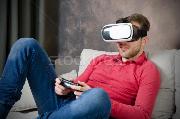 Man virtueel realiteit bril smartphone binnenkant Stockfoto © simpson33