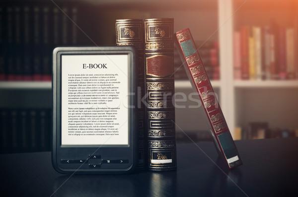 Ebook czytelnik urządzenie biurko biblioteki alternatywa Zdjęcia stock © simpson33