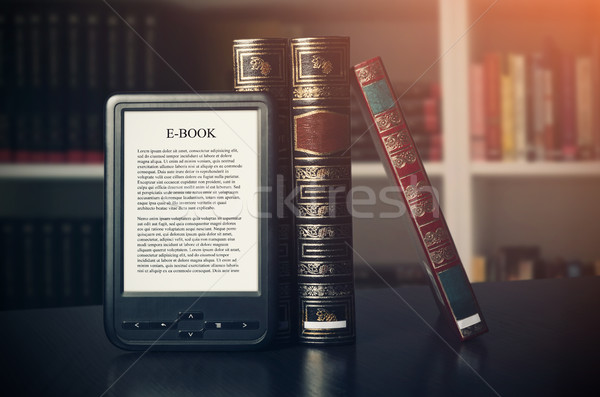 Ebook leitor dispositivo secretária biblioteca alternativa Foto stock © simpson33