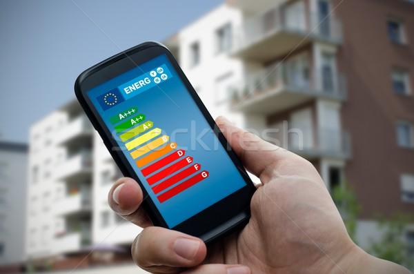 Man smartphone energie-efficiëntie grafiek spaargeld Stockfoto © simpson33