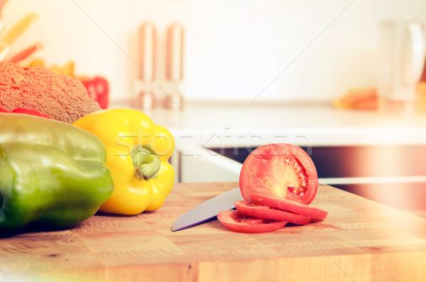Friss zöldségek vágódeszka paradicsom bors brokkoli fából készült Stock fotó © simpson33