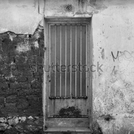 Rouillée porte mur abandonné extérieur de la maison Photo stock © sirylok